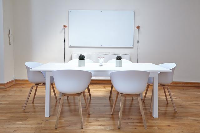bílý stůl se židlemi