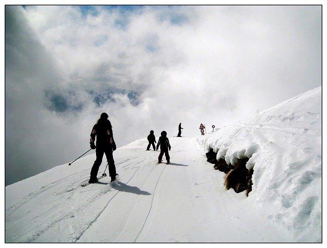 lyžaři a mraky