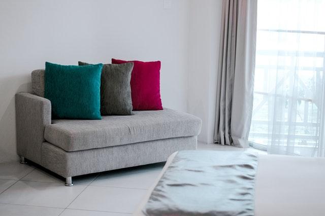 malá sedačka, šedá, barevné polštáře.jpg