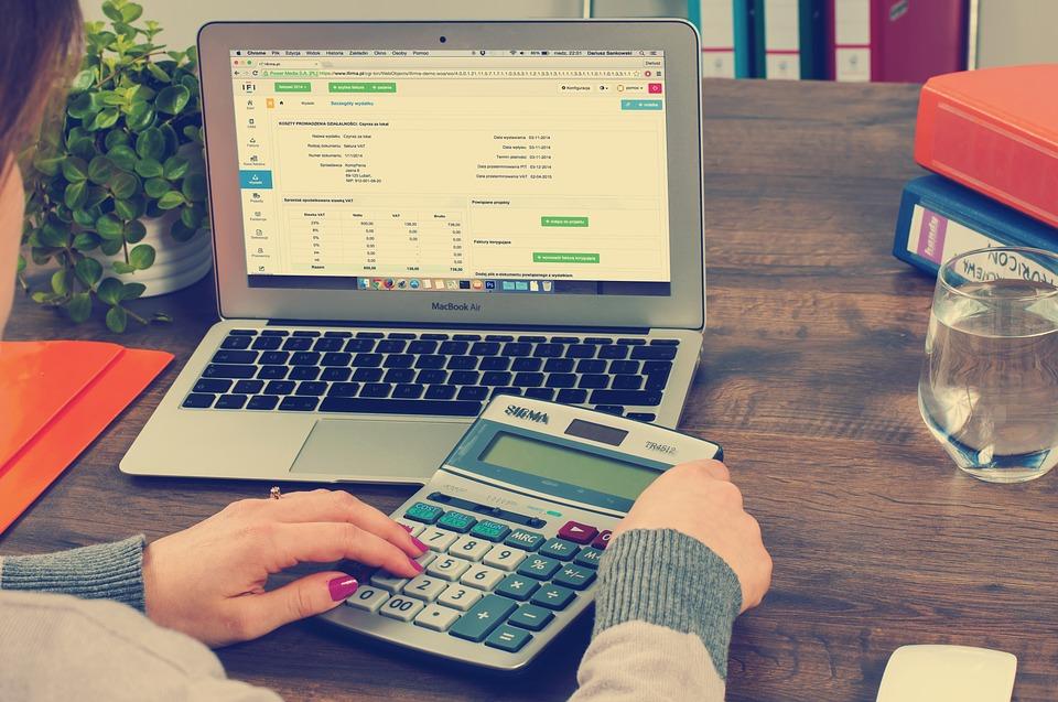 kalkulačka a notebook